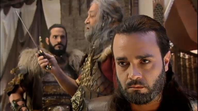Saul fica irado e mata Eliabe com uma facada no pescoço