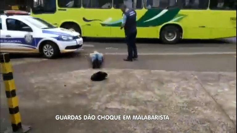 Malabarista é agredido por guardas municipais com arma de choque