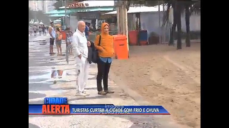 Em busca de sol e calor, turistas ficam frustrados com frente fria