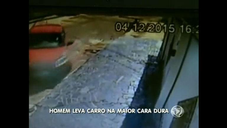 Bandido rende mulher e leva carro em plena luz do dia