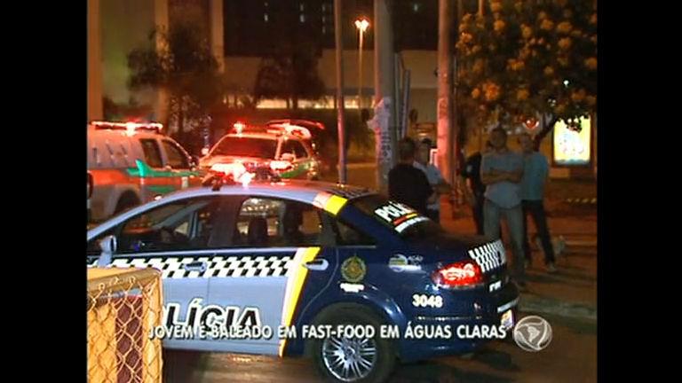Jovem é baleado em fast-food em Águas Claras