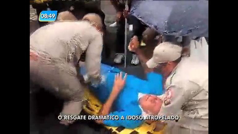 Idoso é socorrido após ser atropelado por táxi no Méier