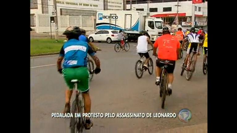 """Ciclistas realizam """"pedalada"""" em protesto por assassinato de colega"""