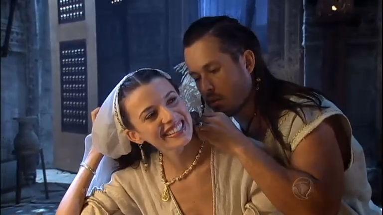 Amnon presenteia a irmã Tamar e a força a se deitar com ele ...