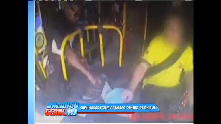 Assaltantes não se intimidam com câmera e fazem arrastão em ônibus