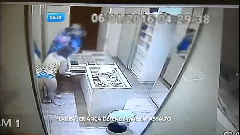 Menino de 12 anos luta com bandido para defender a mãe durante ...