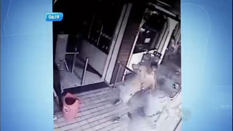 Ladrão capoeirista luta com policiais ao roubar padaria em São Paulo