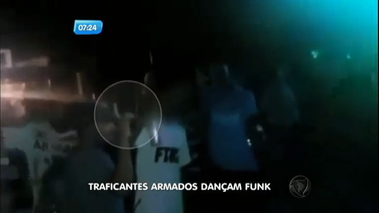 Traficantes exibem armas em baile funk em comunidade da ...