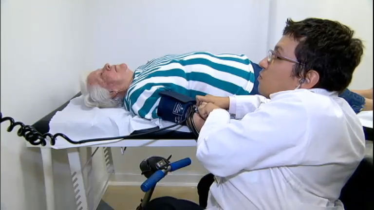 Superação: jovem com doença rara vira médico em busca da cura ...