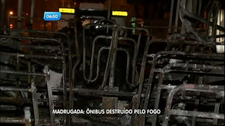 Passageiros conseguem escapar de ônibus antes de incêndio no ...