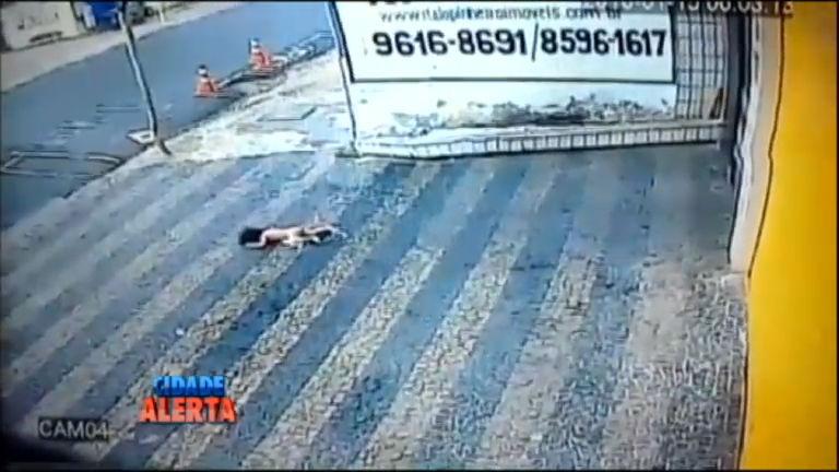Criança sobrevive após cair do terceiro andar de prédio em ...