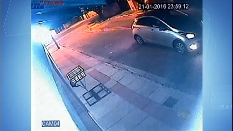 Flagra: carro para no meio da rua e passageiro atira em gato sem ...