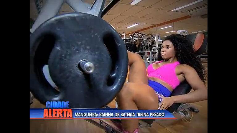 Moradora da comunidade, rainha de bateria da Mangueira levanta ...