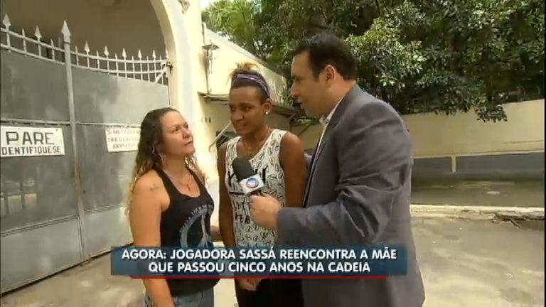 Jogadora de basquete Sassá reecontra a mãe depois de cinco anos ...