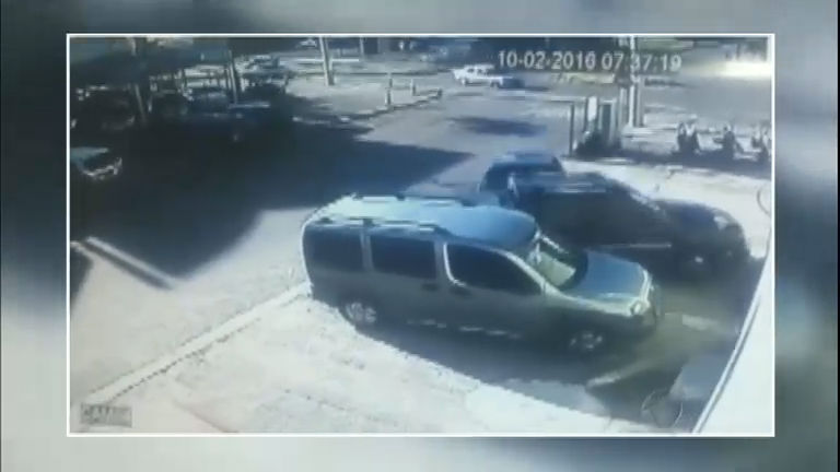 Carro desgovernado provoca acidente e jovem fica prensada em ...