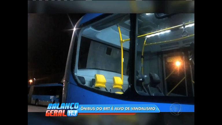 BRT Transcarioca é alvo de vandalismo e interrompe serviço na ...