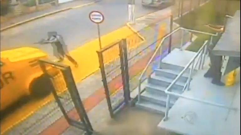 Assaltantes surpreendem seguranças de um carro-forte em ...