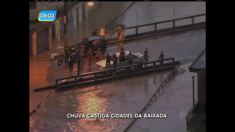 Chuva deixa moradores ilhados na Baixada Fluminense - Rio de ...