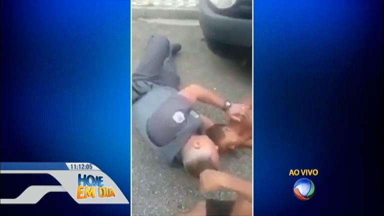 Policial se deita no chão para acalmar criança que havia sido ...