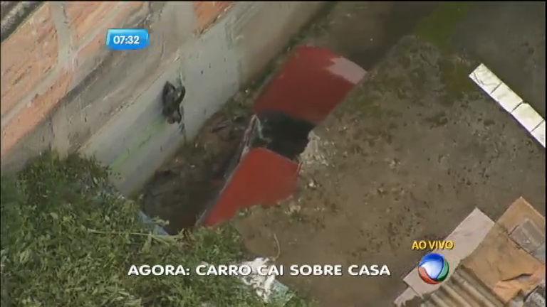 Carro desce barranco e cai sobre casa em São Paulo - Notícias - R7 ...