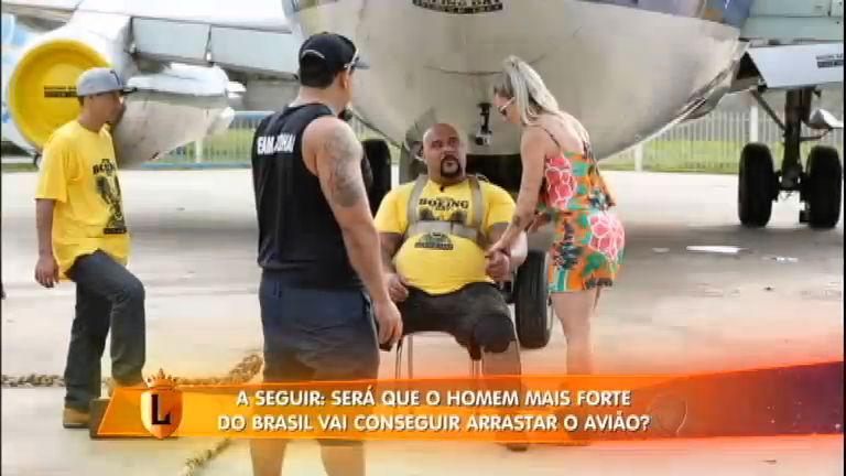Homem mais forte do Brasil puxa avião sozinho - Entretenimento ...