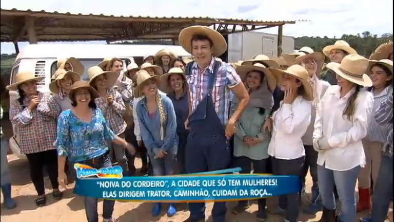 """Faro visita a cidade que só tem mulheres e conhece a """"mãe"""" de ..."""