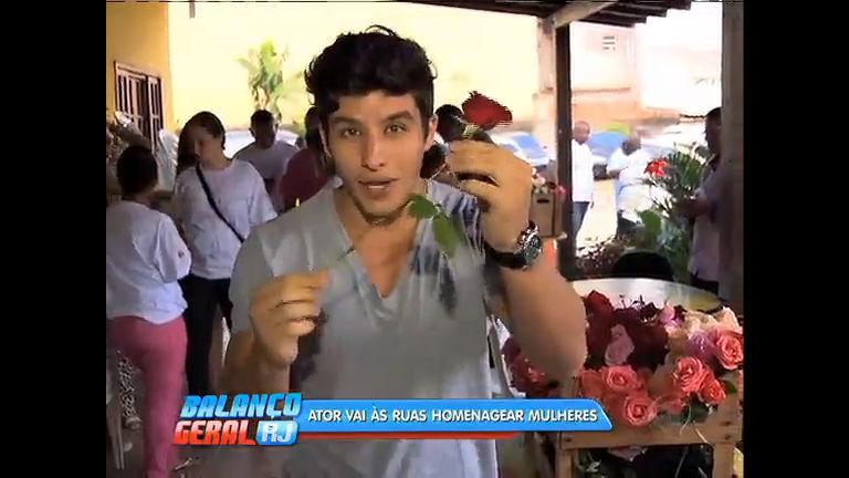 Ator de José do Egito distribui rosas às mulheres em São João de ...