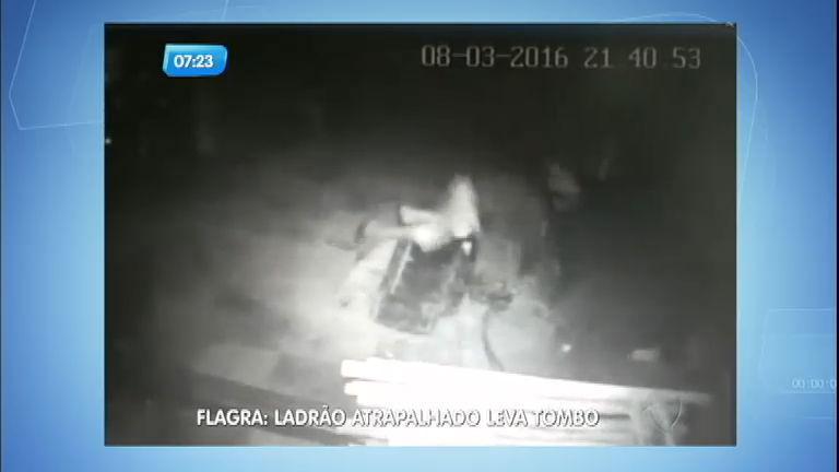 Flagra: ladrão atrapalhado leva tombo e desiste do roubo - Notícias ...