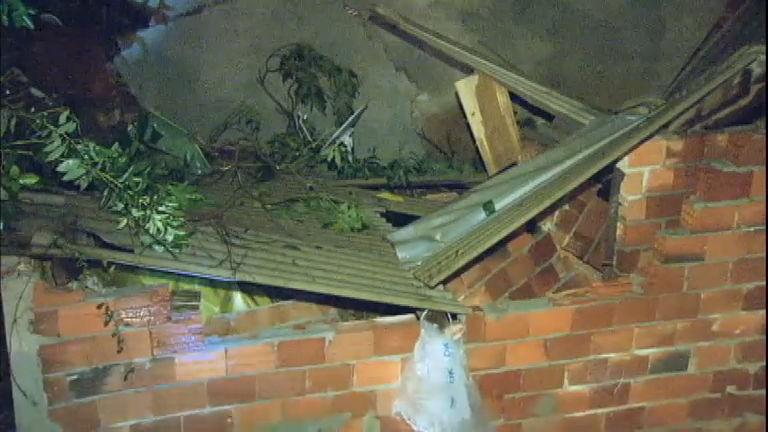 Moradores resgatam vizinhos soterrados após deslizamento de ...
