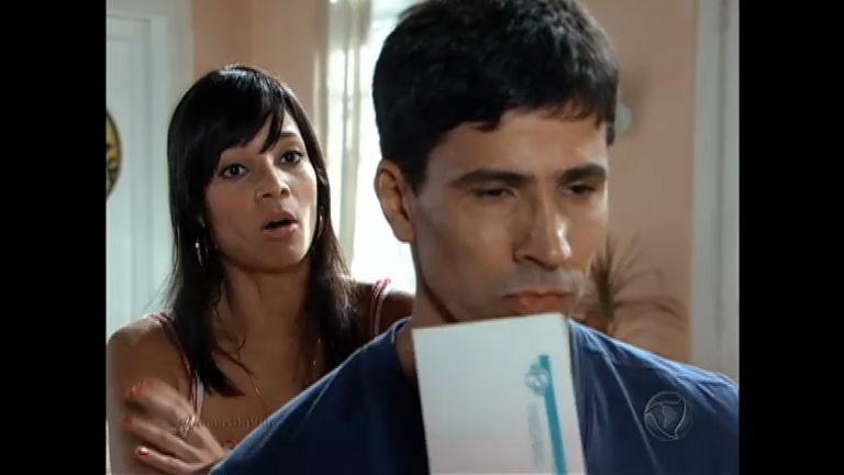 Pedro desconfia que exame de gravidez de Ivonete é falso