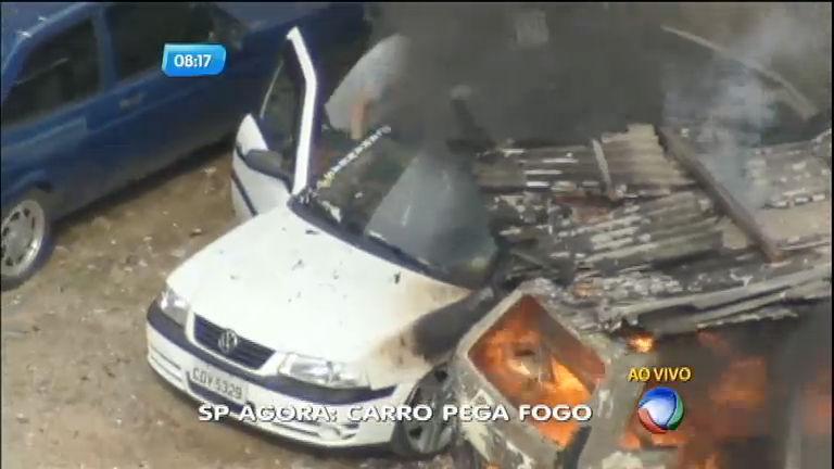 Dono de carro de desespera ao ver o automóvel pegando fogo em ...