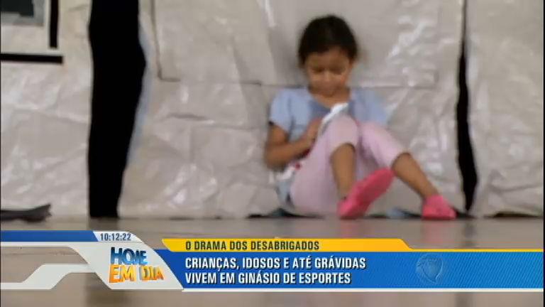 Famílias vivem em ginásio de Mairiporã após perderem casas ...
