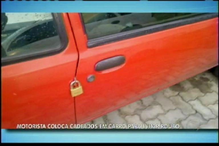 Motorista coloca cadeados em carro para evitar roubo