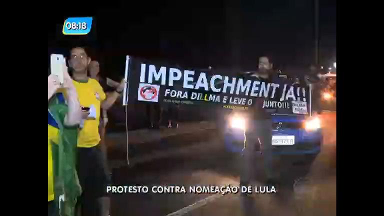 Manifestantes fazem protesto contra nomeação de Lula em Copacabana