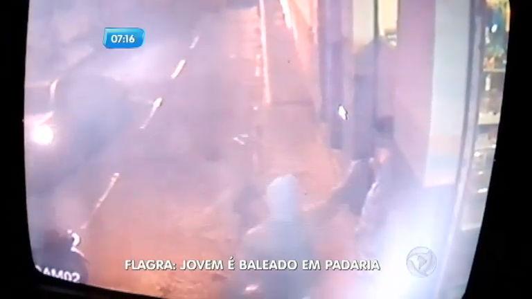 Câmera mostra execução de jovem na porta de padaria em Três Corações (MG)