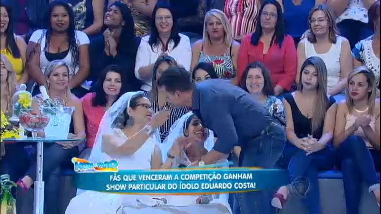 Eduardo Costa beija fãs que venceram competição - Entretenimento ...