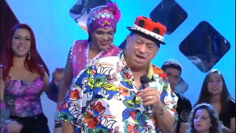 Em programa sobre o brega, Genival Lacerda canta e agita a plateia
