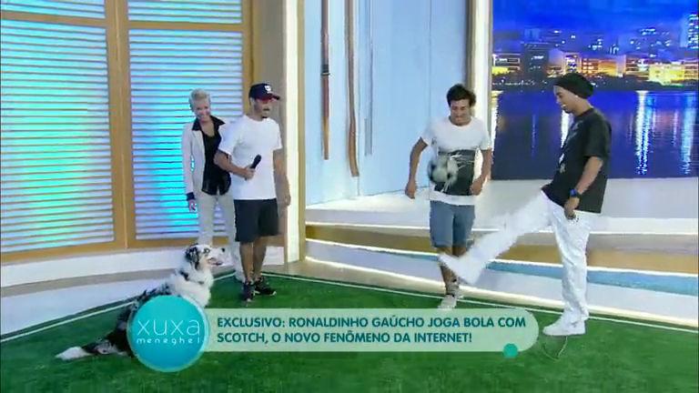 Ronaldinho Gaúcho joga bola com cachorro Scoth no palco da Xuxa