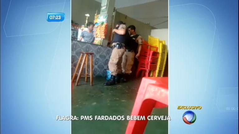 Flagra: policiais fardados bebem cerveja em bar - Notícias - R7 ...
