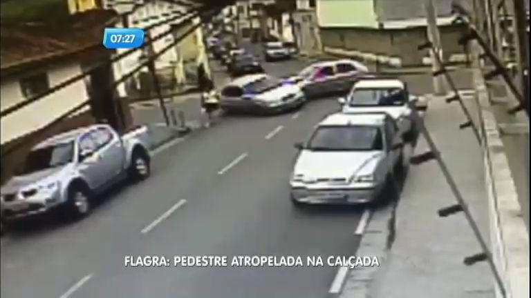 Mulher é arremessada ao ser atropelada em cruzamento em Santa ...