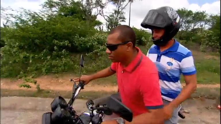 Homem cego desafio o perigo para pilotar moto no sertão do Nordeste