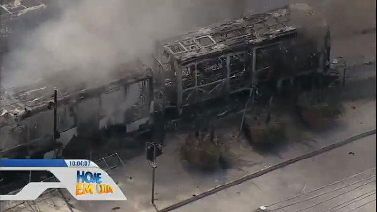 Protesto contra morte de menino termina com estação e ônibus incendiados no Rio de Janeiro