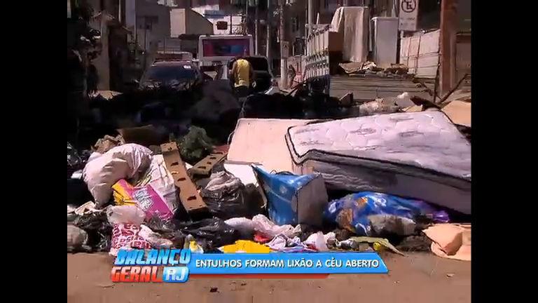 Moradores de São Gonçalo denunciam lixão a céu aberto após chuva