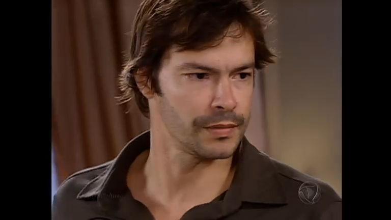 Felipe recebe a notícia de que será preso e decide fugir