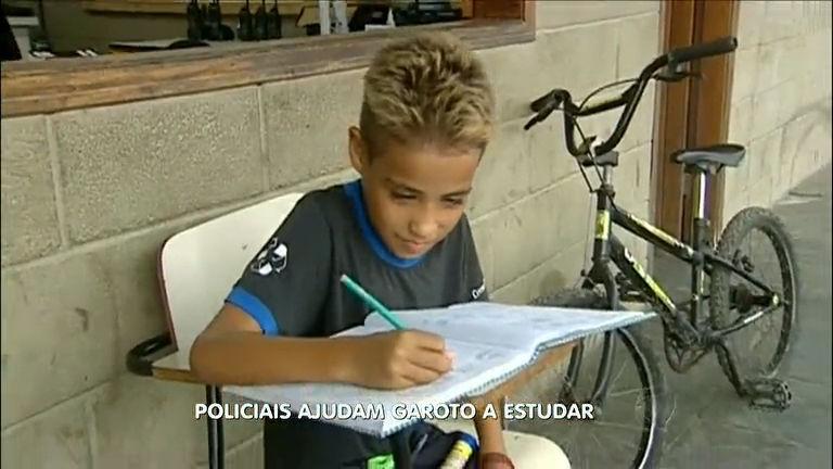 Policiais ajudam menino a fazer as lições de casa - Notícias - R7 ...