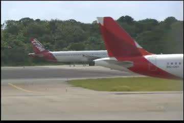 Avião bate em urubu após decolagem