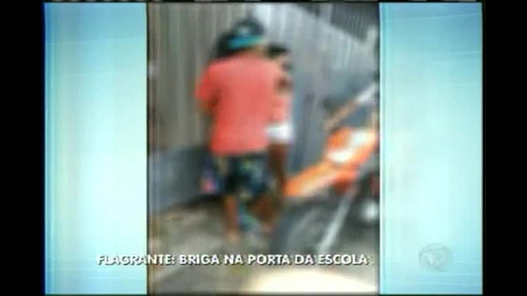 Vídeo flagra briga entre adolescentes na porta da escola em BH ...