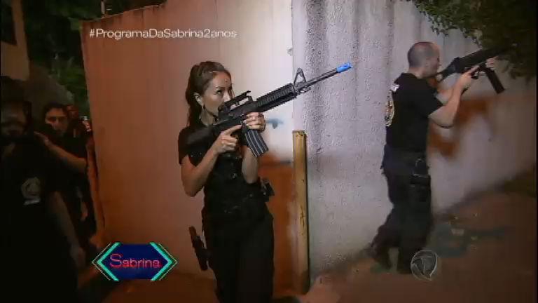 Sabrina põe treinamento da 'Swat Brasileira' em prática e participa de