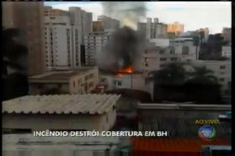 Cobertura de prédio pega fogo em BH - Minas Gerais - R7 MG Record