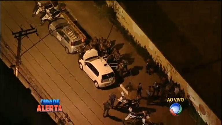 Policiais procuram homens armados com fuzis e cercam Fundação ...